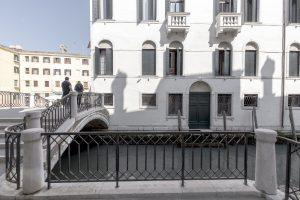 palazzo-morosini-degli-spezieri-venezia-ponte-canale-turisti