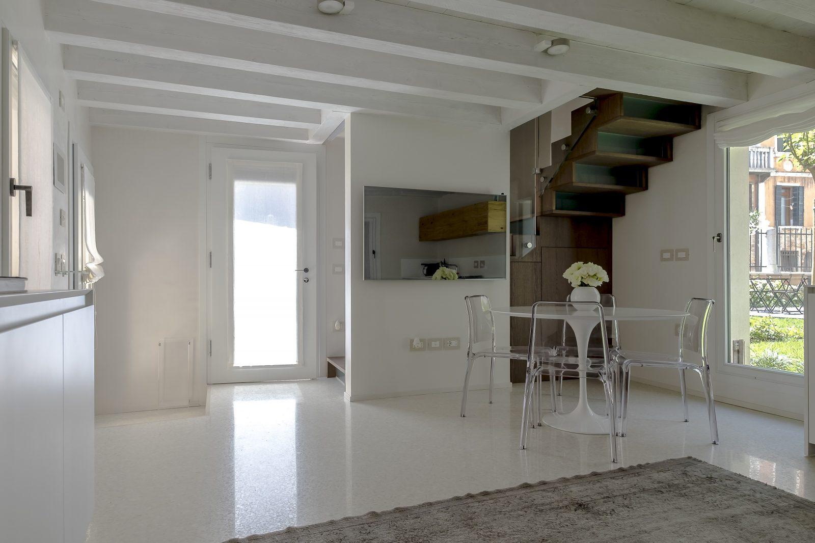 salotto-soggiorno-appartamento-mirto-scale-giardino-design-venezia-palazzo-morosini