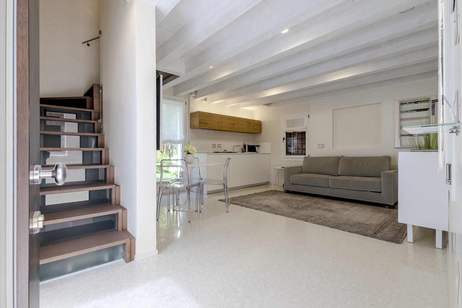 tavolo-sedie-soggiorno-salotto-appartamento-mirto-design-scale-venezia-palazzo-morosini