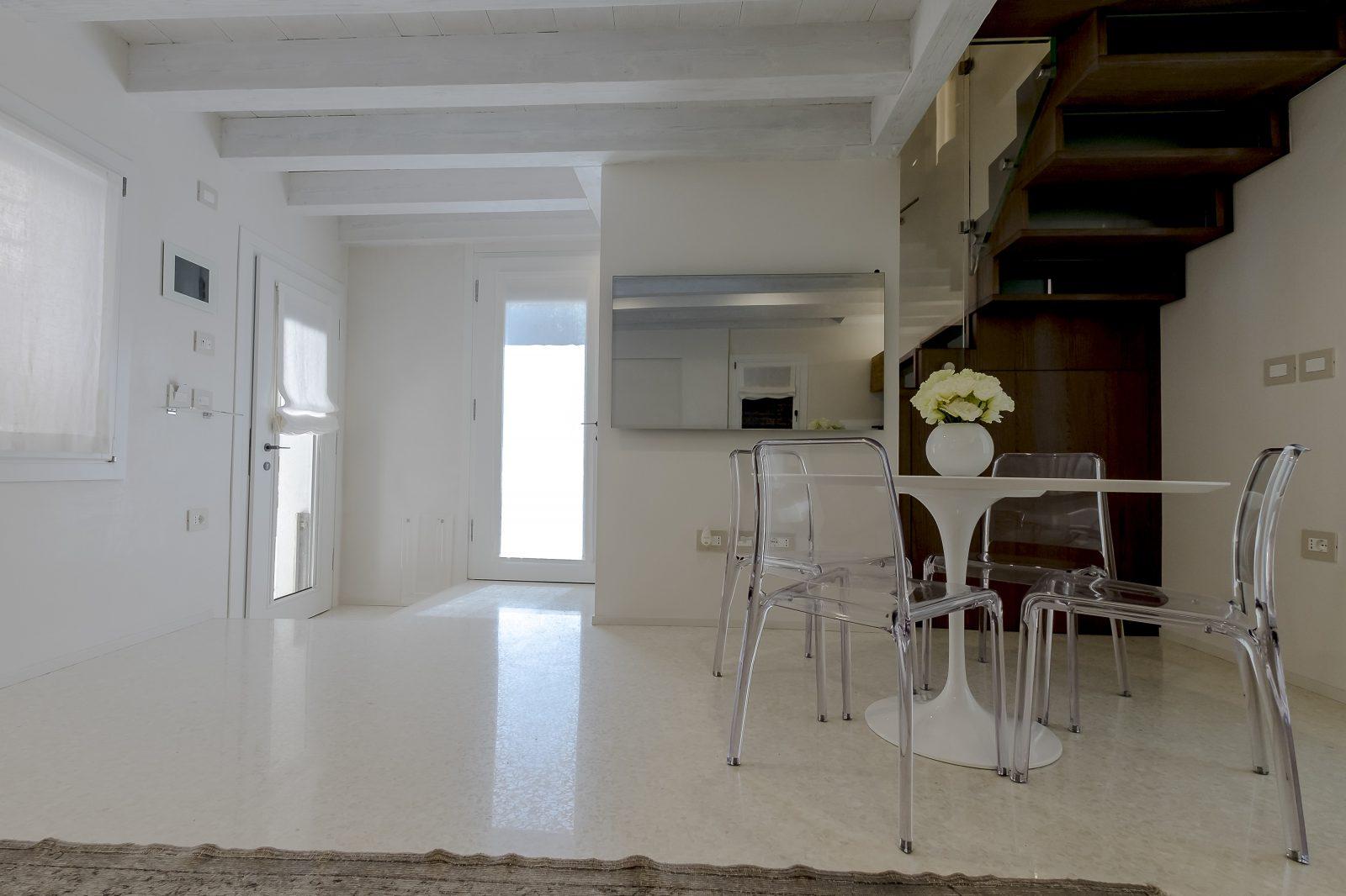 tavolo-sedie-appartamento-mirto-salotto-bianco-design-venezia-palazzo-morosini-soggiorno