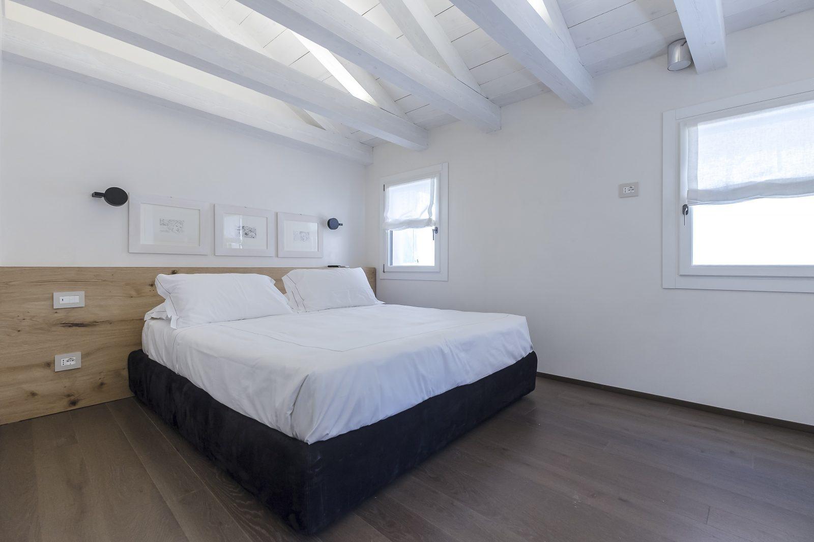 letto-matrimoniale-appartamento-mirto-travi-legno-camera-venezia-palazzo-morosini