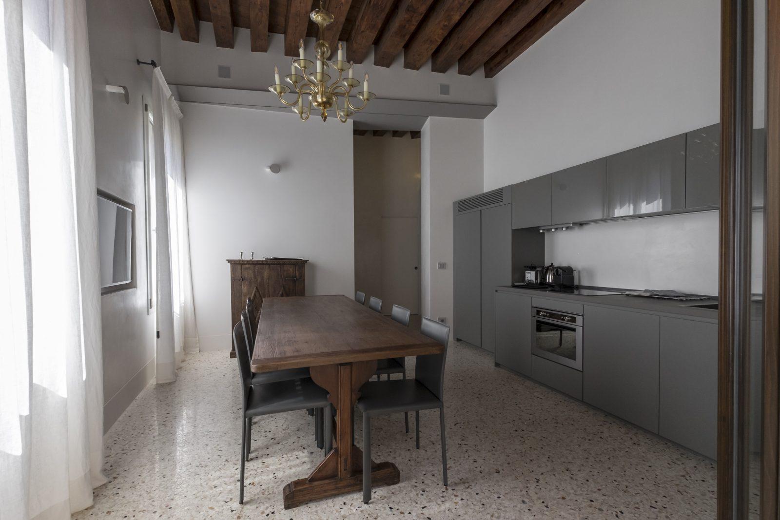 cucina-design-appartamento-zenzero-tavolo-legno-arredamento-grigio-stile-lusso-travi-legno-venezia-palazzo-morosini