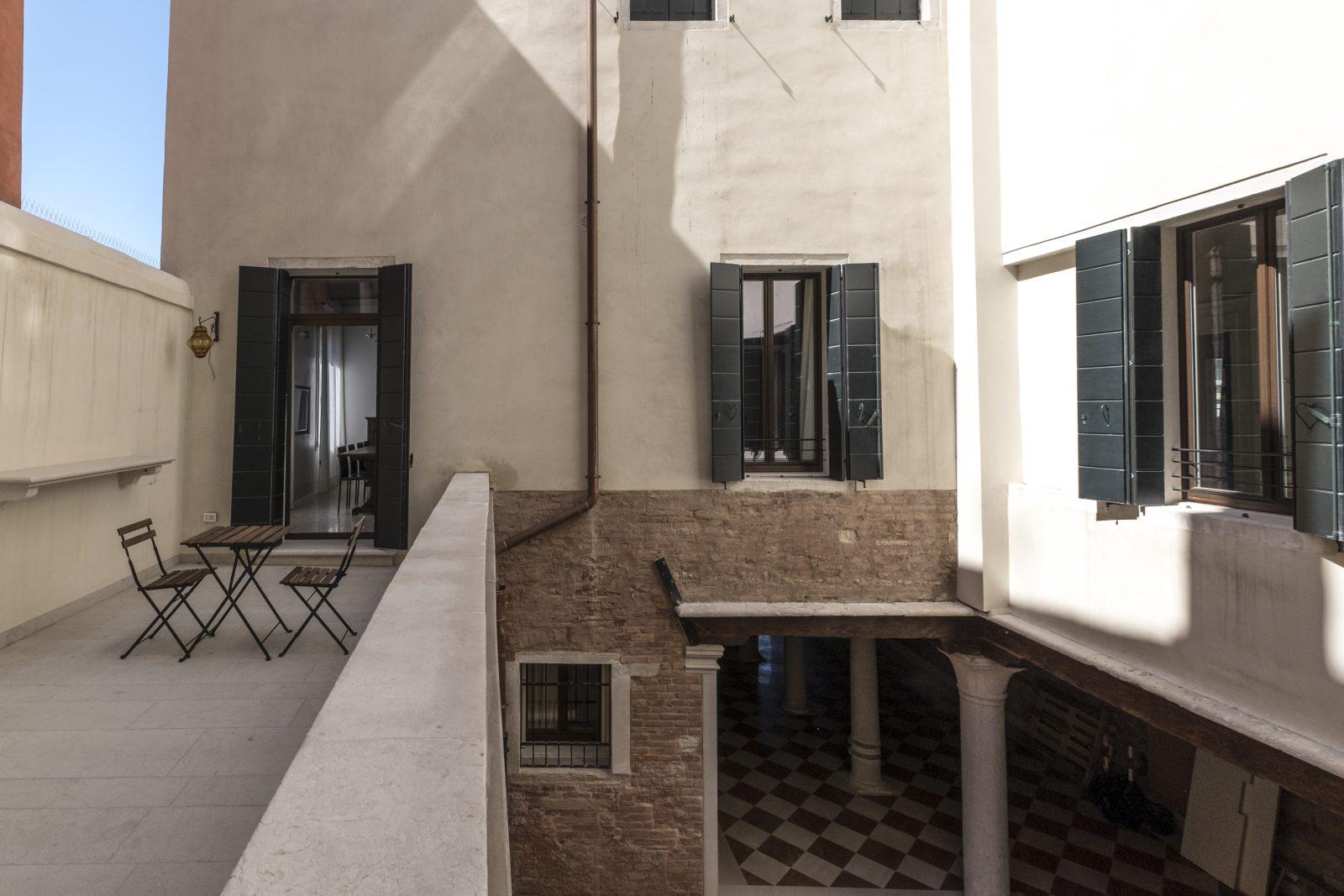 corridoio-appartamento-zenzero-corte-interna-venezia-palazzo-morosini