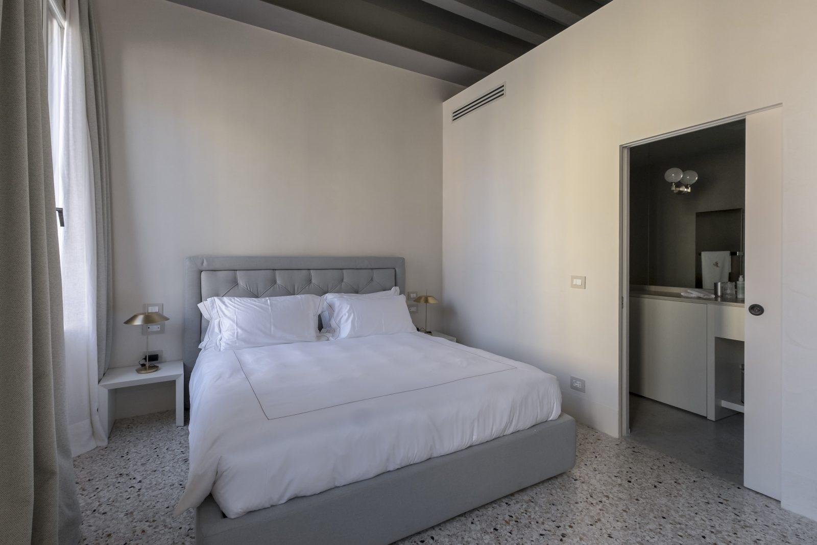 camera-grigio-appartamento-coriandolo-bianco-matrimoniale-bagno-comodini-venezia-palazzo-morosini