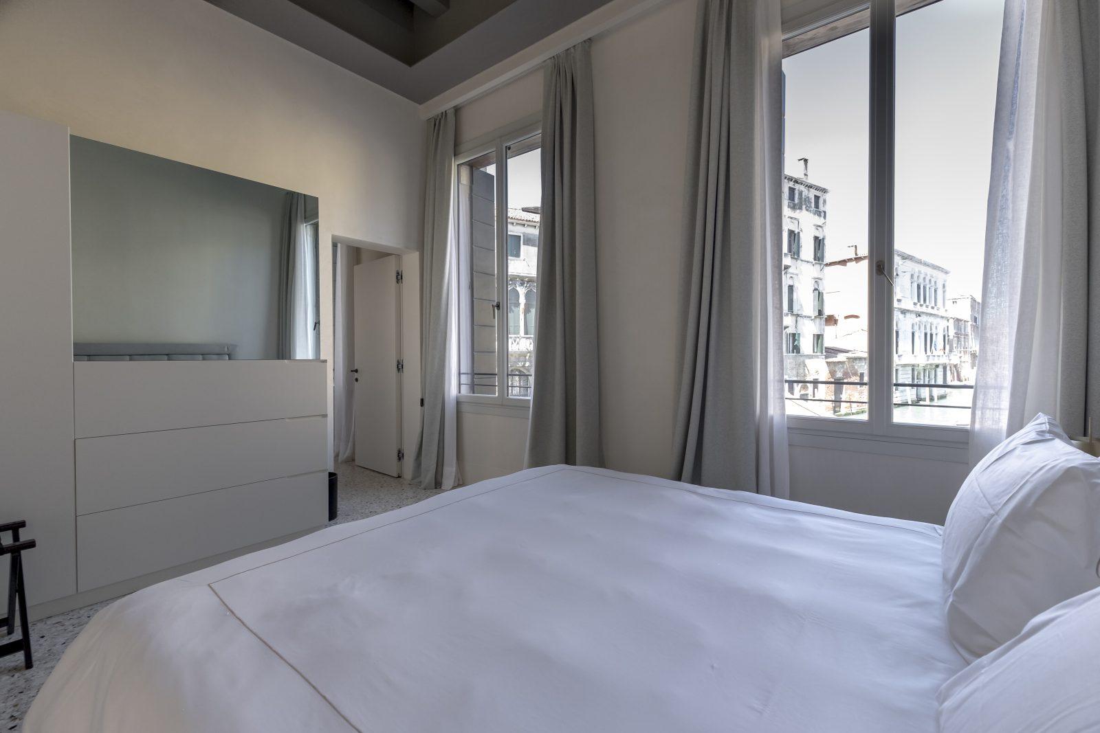 camera-vista-venezia-finestre-appartamento-coriandolo-lenzuola-tessuto-pregio-bianco-design-palazzo-morosini