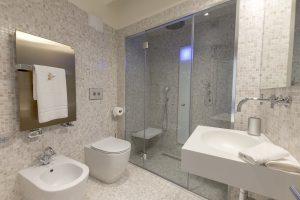 bagno-luxury-appartamento-coriandolo-doccia-moderno-mosaico-qualità-nuovo-pregio-materiali-tecnologico-venezia-palazzo-morosini