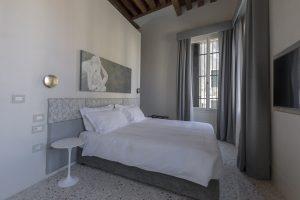 camera-letto-quadro-appartamento-coriandolo-matrimoniale-grigio-bianco-venezia-palazzo-morosini