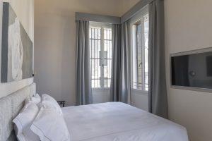 camera-letto-quadro-appartamento-coriandolo-grigio-bianco-finestre-tv-schermo-venezia-palazzo-morosini