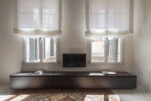 mobile-appartamento-cayenna-venezia-palazzo-morosini-tv-finestre-tappeto-persiano