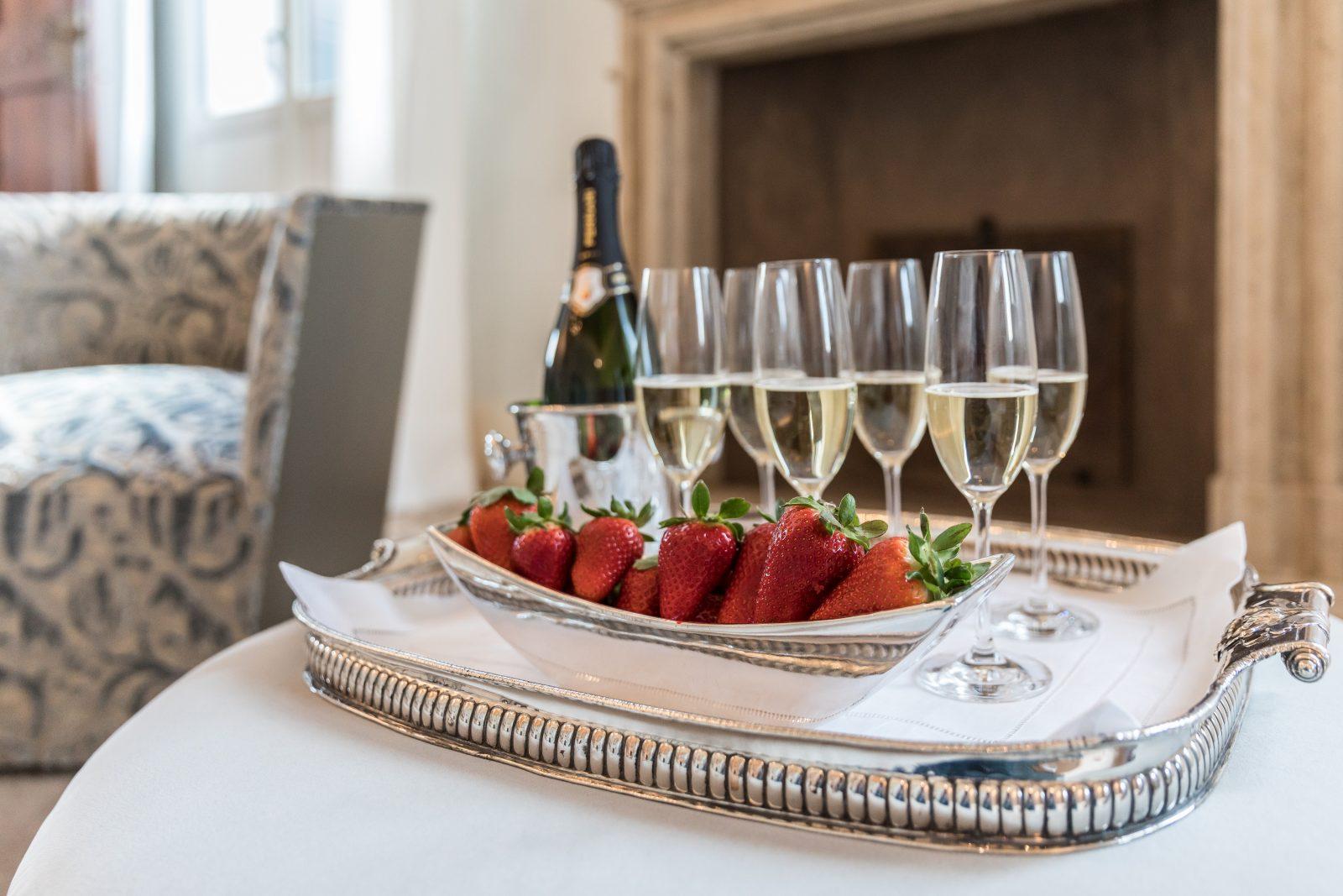 fragole-prosecco-appartamento-anice-dettaglio-vassoio-argento-lusso-dettagli-venezia-palazzo-morosini