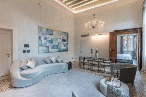 soggiorno-salotto-appartamento-anice-azzurro-grigio-tessuti-pregio-lusso-tavolo-lampadario-vetro-divano-poltrone-relax-venezia-palazzo-morosini