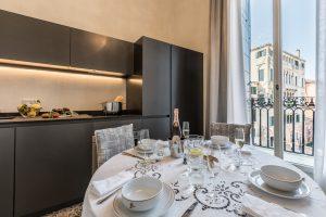 cucina-appartamento-ginepro-vista-venezia-interni-finestra-panoramica-palazzo-morosini