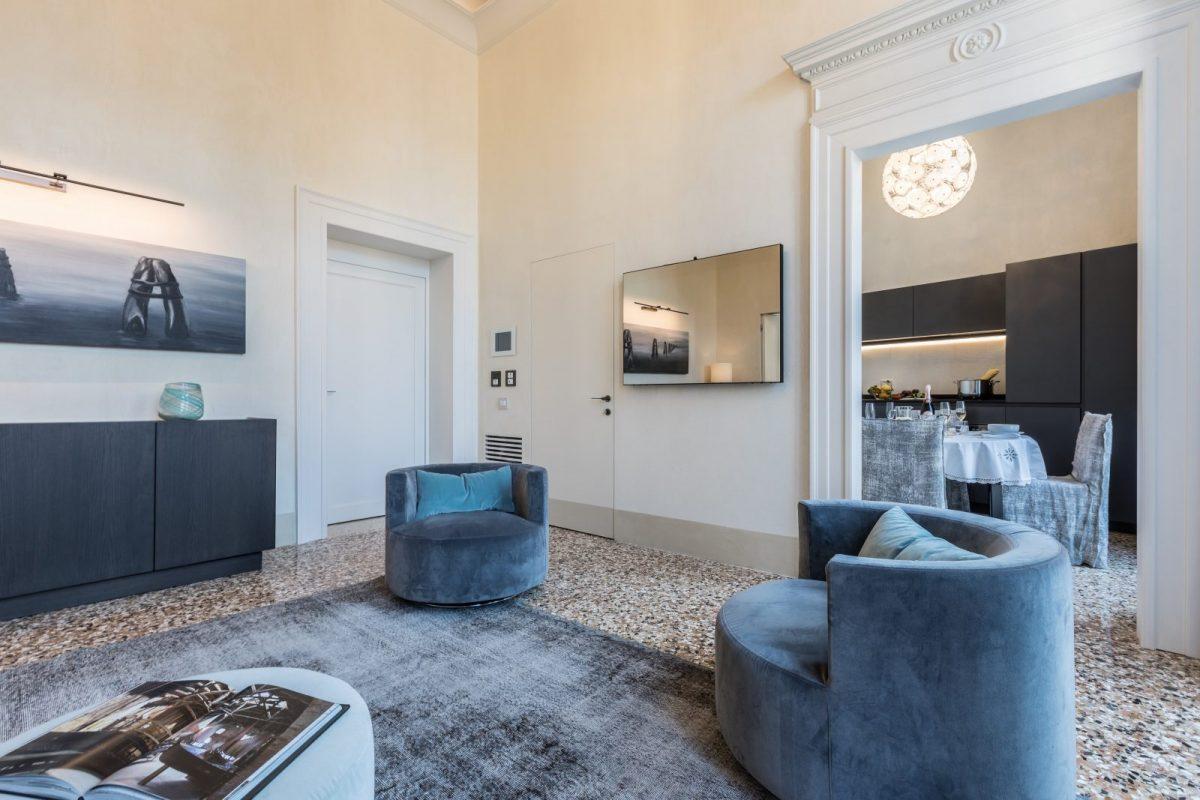 salotto-poltrone-appartamento-ginepro-design-architettura-venezia-palazzo-morosini-soggiorno