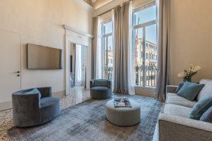 salotto-soggiorno-appartamento-ginepro-poltrone-tessuto-lusso-divano-finestra-vista-venezia-palazzo-morosini