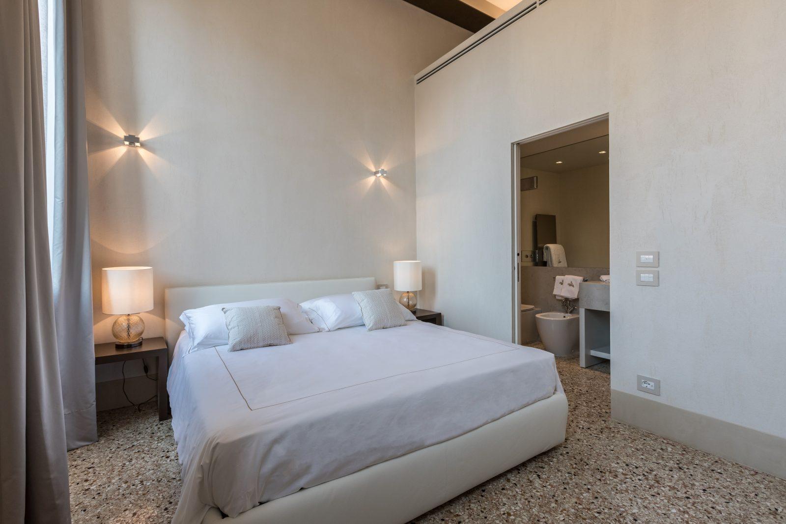 camera-matrimoniale-appartamento-ginepro-lampade-bagno-venezia-palazzo-morosini