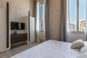 camera-letto-matrimoniale-appartamento-ginepro-venezia-palazzo-morosini-lenzuola-pregio
