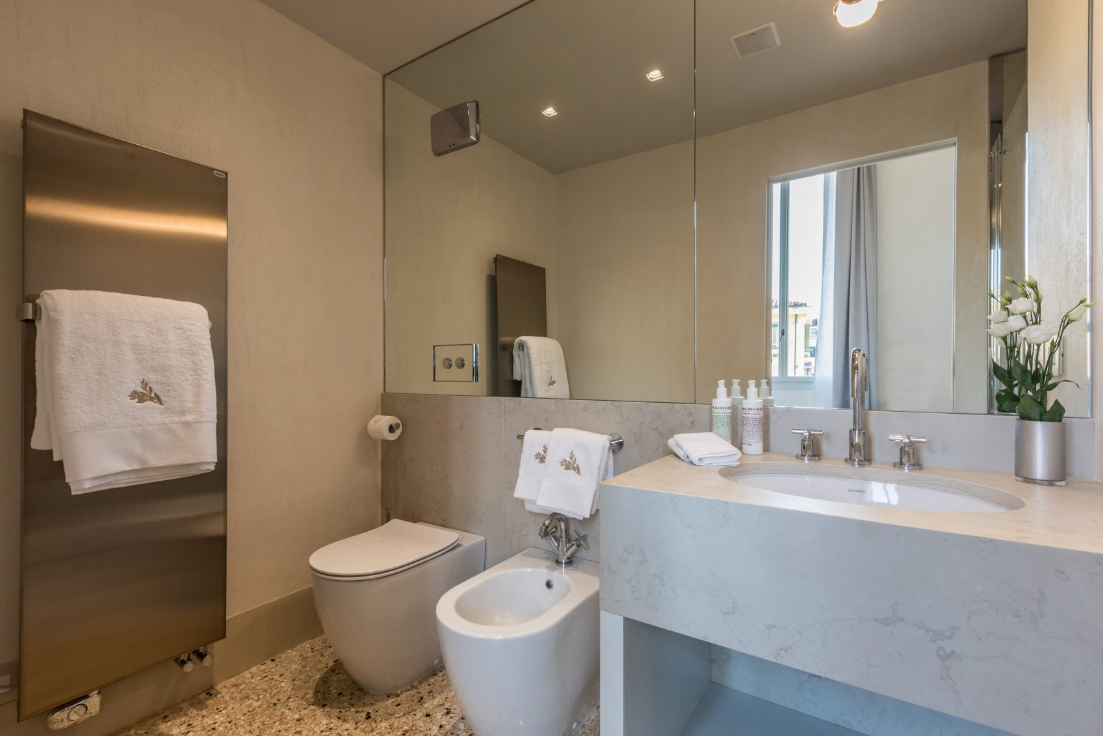 bagno-appartamento-anice-lavandino-venezia-palazzo-morosini-dettaglio-fiori-specchio