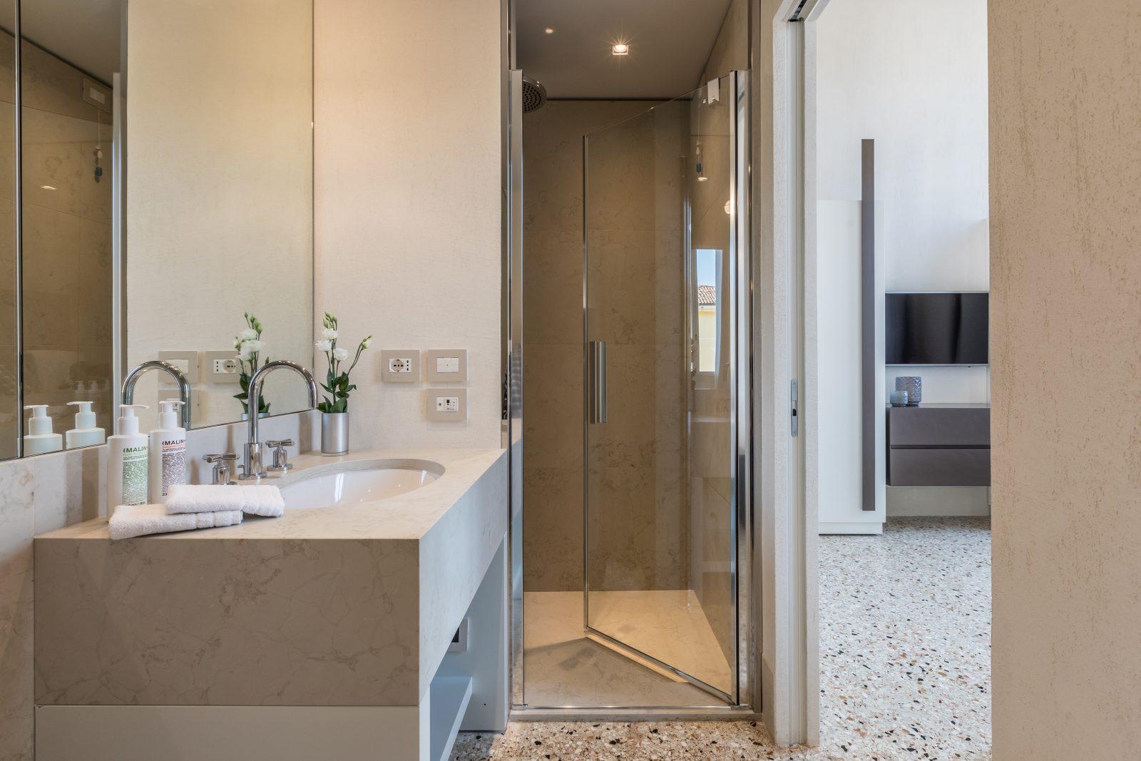 bagno-appartamento-ginepro-doccia-lavandino-venezia-palazzo-morosini