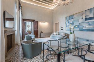 soggiorno-salotto-appartamento-anice-tavolo-vetro-quadro-parete-azzurro-grigio-colori-orchidea-venezia-palazzo-morosini