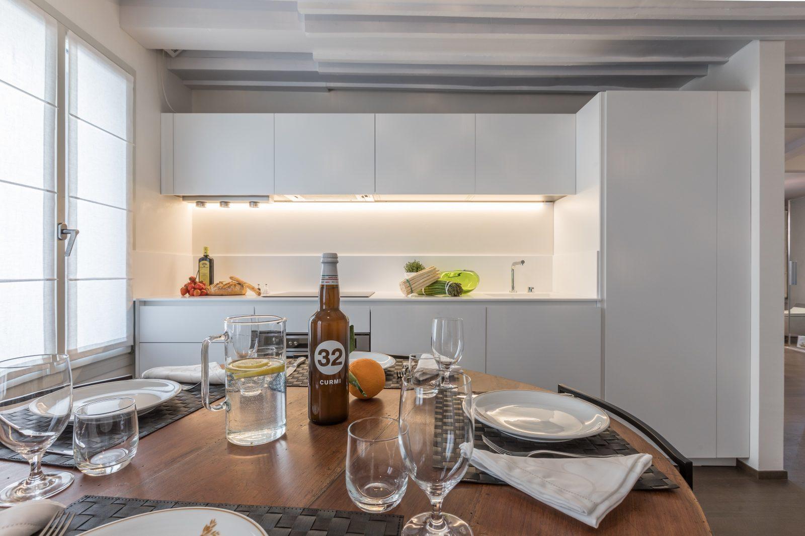 tavolo-cucina-appartamento-rabarbaro-mobili-design-bianco-legno-venezia-palazzo-morosini