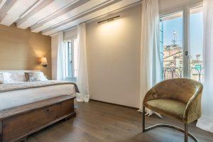 camera-letto-appartamento-rabarbaro-dettaglio-poltrona-design-lusso-moderno-legno-arredamento-venezia-palazzo-morosini
