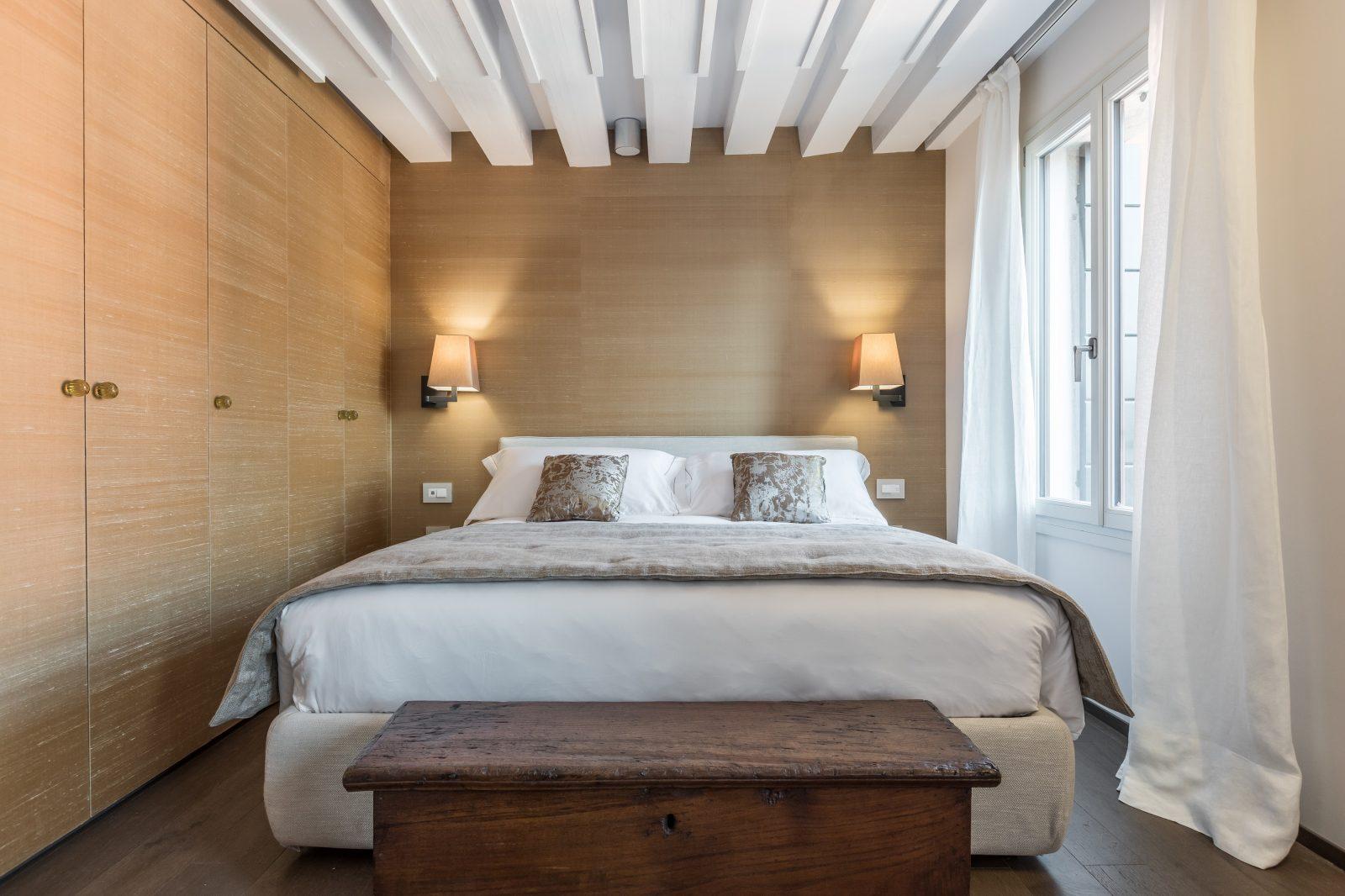 camera-letto-frontale-appartamento-rabarbaro-mobile-legno-design-lampade-venezia-palazzo-morosini