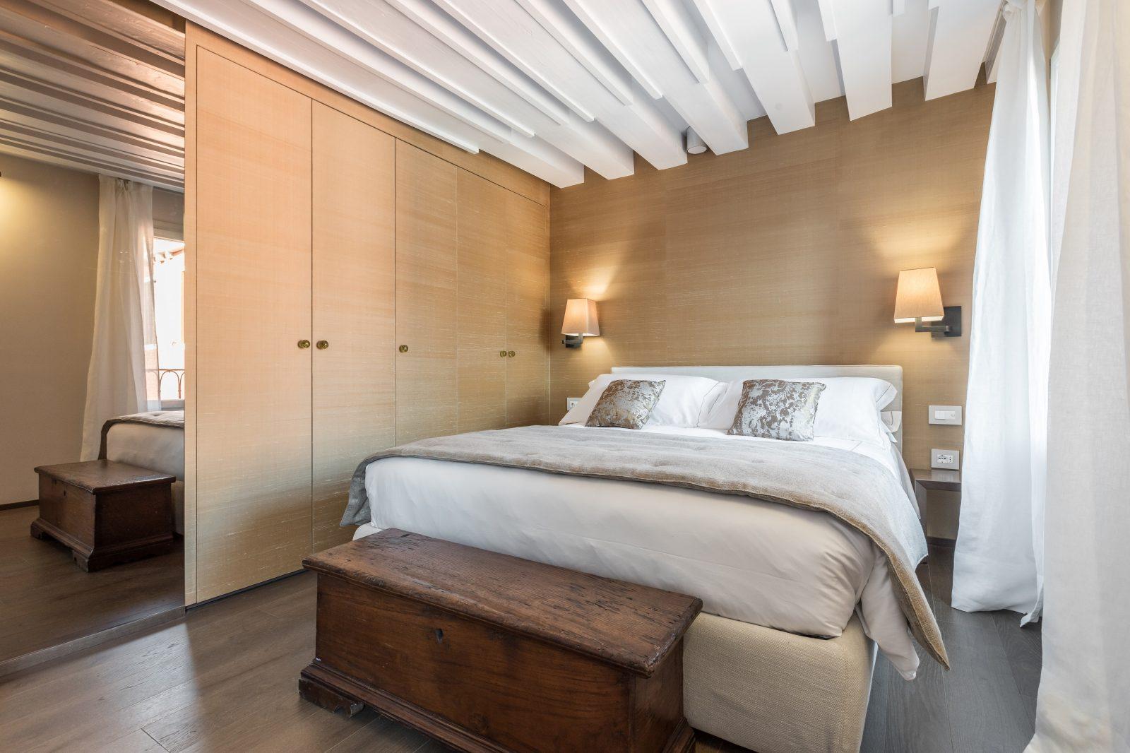 camera-letto-appartamento-rabarbaro-matrimoniale-lampade-mobili-design-venezia-palazzo-morosini