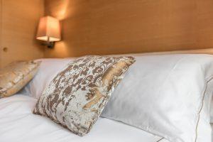 dettaglio-cuscino-appartamento-rabarbaro-tessuto-lusso-stile-veenezia-palazzo-morosini