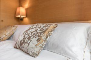 dettaglio-cuscino-appartamento-rabarbaro-camera-letto-matrimoniale-tessuto-pregio-venezia-palazzo-morosini