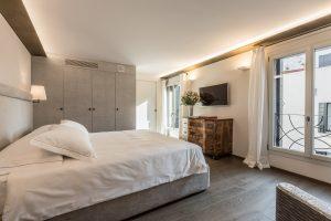 camera-letto-matrimoniale-appartamento-rafano-vista-finestra-tv-design-bianco-venezia-palazzo-morosini