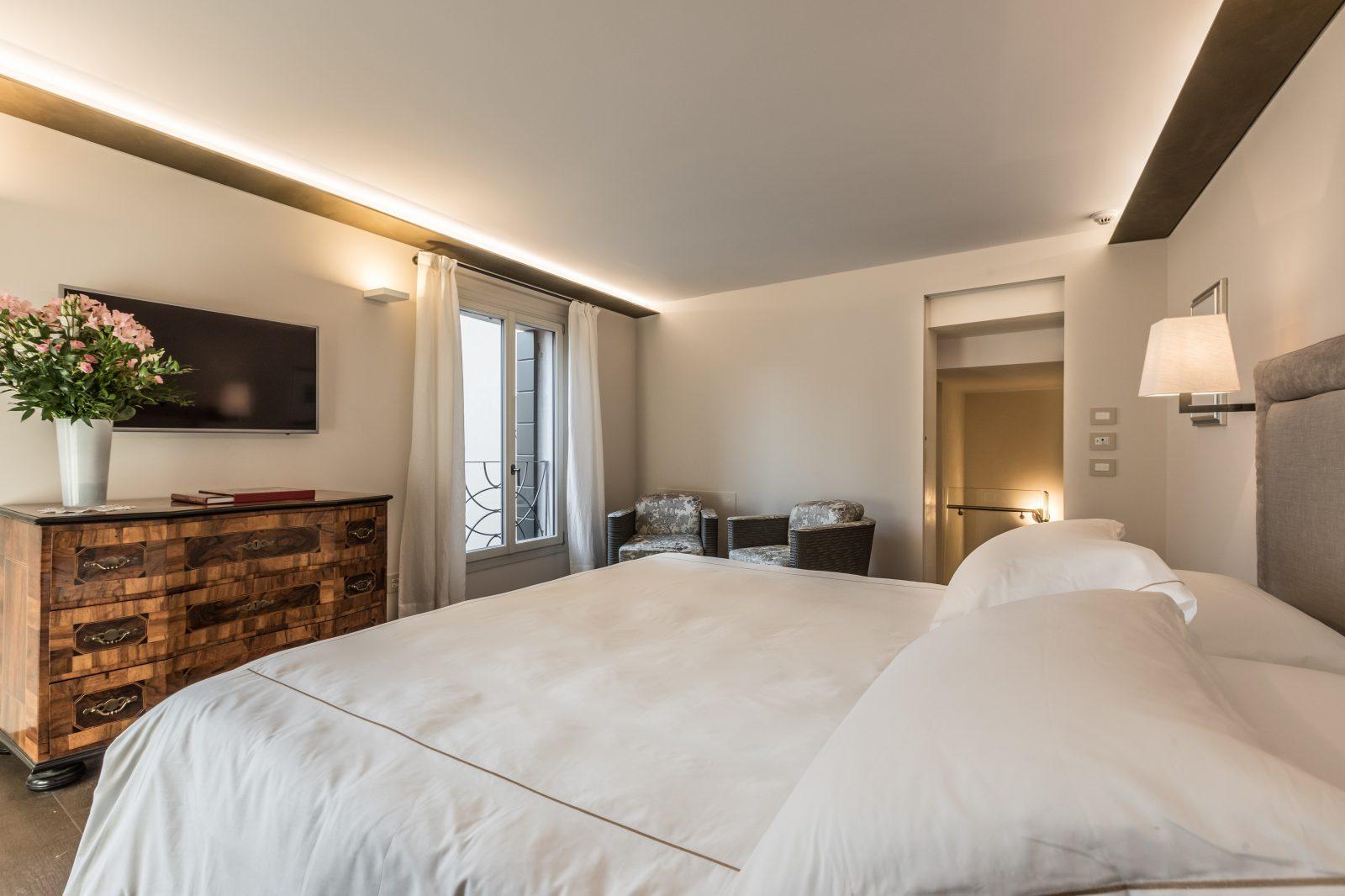 camera-letto-matrimoniale-appartamento-rafano-design-arredamento-tessuti-pregiati-venezia-palazzo-morosini