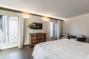 camera-matrimoniale-appartamento-rafano-design-lenzuola-mobile-legno-venezia-palazzo-morosini