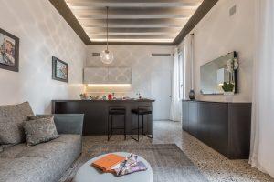 soggiorno-salotto-appartamento-rafano-divano-tappeto-mobili-nero-lampadario-vetro-luce-tavolo-colazione-design-arredamento-venezia-palazzo-morosini
