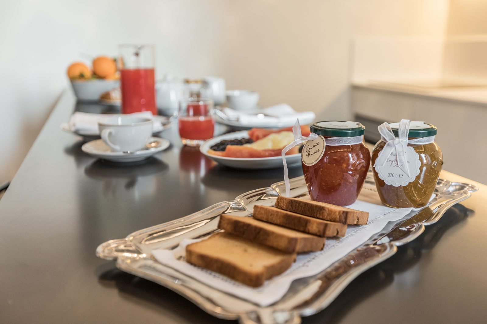 dettagli-colazione-appartamento-rafano-marmellata-confettura-fette-biscottate-vassoio-argento-succo-frutta-caffè-porcellana-venezia-palazzo-morosini