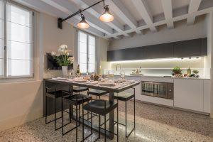 cucina-design-appartamento-anice-moderno-arredamento-grigio-bianco-venezia-palazzo-morosini