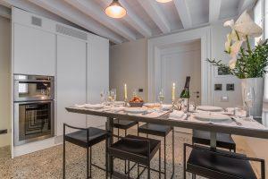 cucina-moderna-appartamento-anice-design-italiano-fiori-forno-arredamento-bianco-luce-lusso-venezia-palazzo-morosini