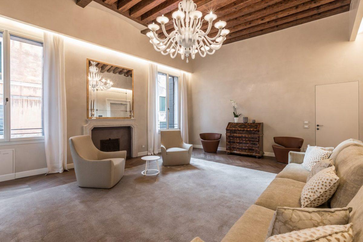 salotto-appartamento-zenzero-venezia-palazzo-morosini-lampadario-divano-design-travi-legno-soggiorno