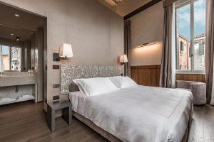 appartamento-anice-tre-camere-dettaglio-lampade-design-moderno-letto-matrimoniale-venezia-palazzo-morosini
