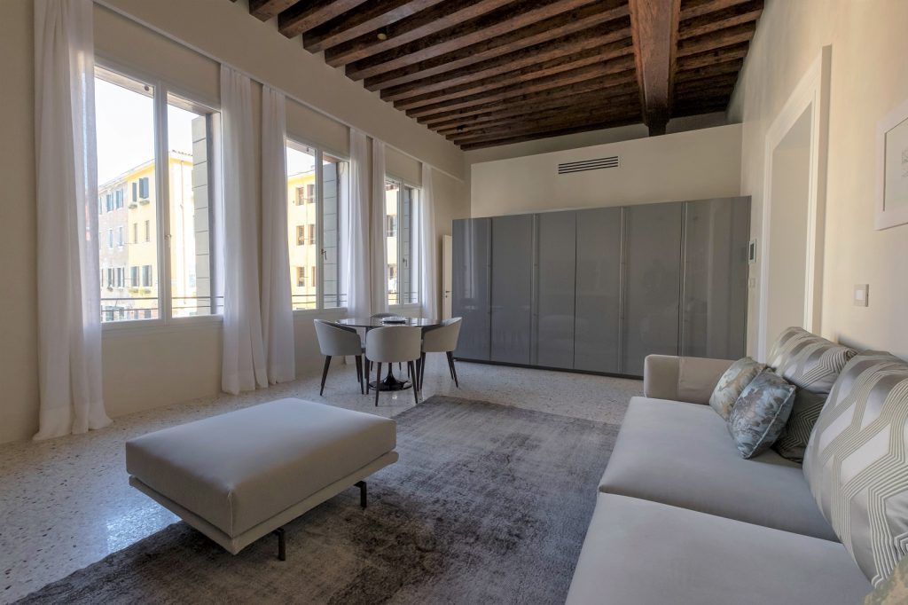 soggiorno-appartamento-cayenna-venezia-palazzo-morosini-design-salotto